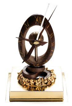 L'Œuf-Horloge du Mandarin Oriental (Pierre Mathieu) créé en l'honneur des horlogers installés dans le quartier du Palace : chocolat couverture Venezuela 70% garni d'un praliné au café et d'un cœur au caramel. L'œuf repose sur une base de riz soufflé caramélisé. 68€ la pièce