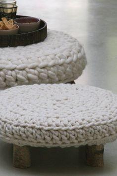 Deze poef of dit krukje, tafeltje of voetenbankje, wordt handgemaakt en dat kun je zien ook, prachtig! Bijzonder smaakvol en uniek!