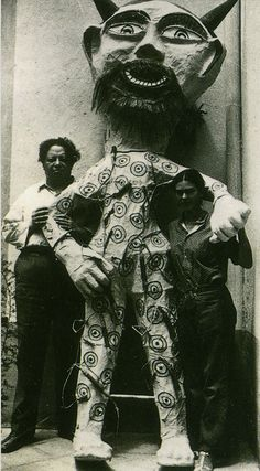 Diego Rivera y Frida Kahlo junto a un diablo de papel maché