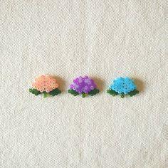 Check rica4413's Instagram #アイロンビーズ #あじさい #ピンバッジ #花 #ハンドメイド #perlerbeads #hamabeads #flower #handmade #pins #accessories #original #pixelart 1609807060442821447_471913286 Easy Perler Bead Patterns, Melty Bead Patterns, Diy Perler Beads, Perler Bead Art, Pearler Beads, Fuse Beads, Beading Patterns, Hamma Beads Ideas, Pearl Beads Pattern
