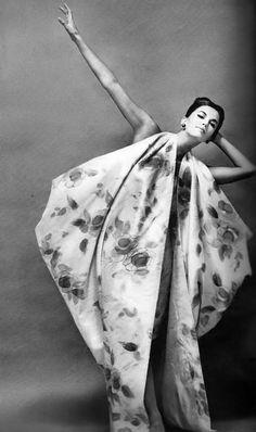 Margo McKendry in short evening dress with long train by Fontana of Italy, photo by Richard Avedon, Harper's Bazaar, November 1961 Look Fashion, Fashion Art, Editorial Fashion, Vintage Fashion, Vintage Vogue, 1950s Fashion, Vintage Clothing, Moda Retro, Moda Vintage