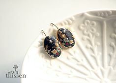 China Black. One of a kind handmade earrings on gold di EvaThissen