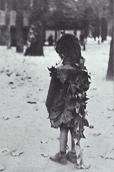 Edouard Boubat (1923 - 1999)  La Petite fille aux feuilles mortes (Jardin de Luxembourg, Paris) 1947