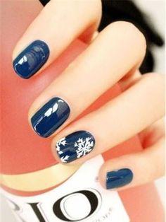 27. téli manikűr<br>Fényes telibe festett kék, gyűrűsujjon hópehellyel – csodás