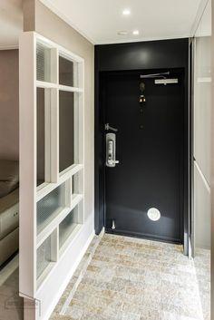 넓어보이는 25평 아파트 인테리어 예쁜집 : 네이버 블로그 Entrada Frontal, Ceiling Design, Home Office, Bathroom Lighting, Lockers, Locker Storage, Doors, Mirror, Interior