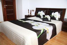 Narzuta ponadczasowa na łóżko koloru białego z białą orchideą na czarnym tle