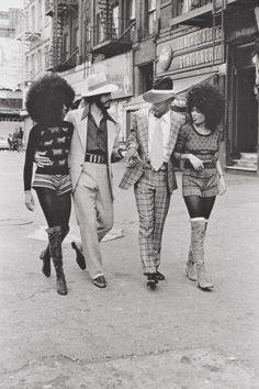 Harlem, New York City in the vintage fashion style hot pants short tights boots women knit top shirt sweater afro hairstyle men suit checkered shirt tie hat kinda has a pimps and hos look ? Street Style Vintage, Vintage Mode, Vintage Ladies, 70s Fashion, Fashion History, Vintage Fashion, Fashion Models, Style Fashion, Fashion Styles