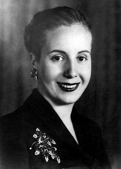 Un día como hoy, el 26 de julio de 1952, muere en Buenos Aires, Eva Duarte de Perón, a causa de un cáncer de útero. Al morir tiene 33 años y para ese entonces ya se ha transformado en un símbolo de la Argentina y una de las figuras mas polémicas de su historia.
