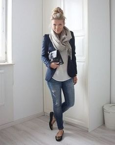 紺色ブレザージャケットに似合うスカーフストールコーディネート