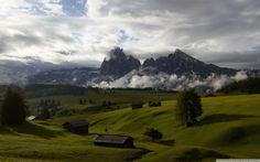 Vert pâturage & majestueuse montagne #paysage #landscape #mountains #clouds #nuages #wallpaper #nature