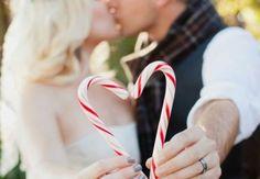 Sag es mit Zuckerstangen: je zwei bilden ein Herz – was für eine tolle Idee für die Dekoration! :)