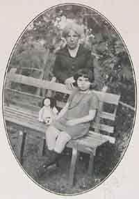 Grazia Deledda con la nipotina Mirella