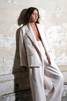 The complete Maison Rabih Kayrouz Spring 2018 Ready-to-Wear fashion show now on Vogue Runway. Fashion Poses, Suit Fashion, Fashion Shoot, Fashion Week, Look Fashion, Editorial Fashion, Paris Fashion, Womens Fashion, Fashion Trends