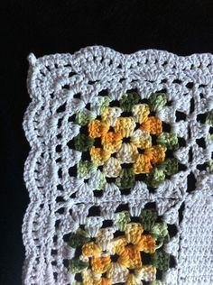 Tapete de barbante feito à mão em crochê com flores feitas do mesmo material. R$ 35,00