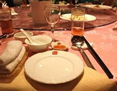 A first time dinner at a large Chinese banquet can be daunting. You'll enjoy your dinner with this guide to the table setting at a Chinese Restaurant. Restaurant Table Setting, Restaurant Tables, Chinese Restaurant, Restaurant Design, Chinese Table, Chinese Dinner, Chinese Bowls, Thai Tom Yum Soup, Chopsticks
