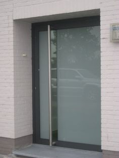 Afbeeldingsresultaat voor voordeur design Aluminium Windows And Doors, Modern Front Door, Front Garden Design, Windows And Doors, Glass Room, House Exterior, Entrance Doors, Front Door Design, Doors