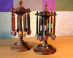 Modernos bolillos de maderas nobles y multicolores, decorados con  abalorios. De Yvette de Nueva Zelanda