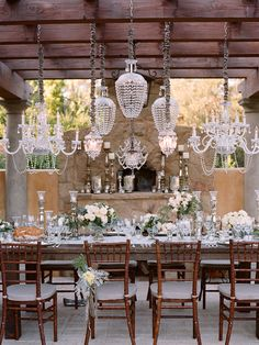 Gorgeous outdoor party decor! I want to be invited to this party!