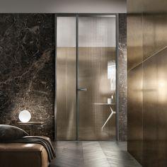 RIMADESIO Spin design deuren voorzien van Rimadesio's gepatenteerde magneetsluiting.Het belangrijkste karakteriserend element van de deur is de vormgeving van slot en deurkruk, waarin elementen van het zg. rationalistisch design zijn verwerkt. Het ontwe