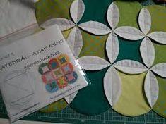 "Képtalálat a következőre: ""csokifolt templates"" Cathedral Windows, Love Sewing, Templates, Quilts, Blog, Scrappy Quilts, Ideas, Tutorials, Dressmaking"