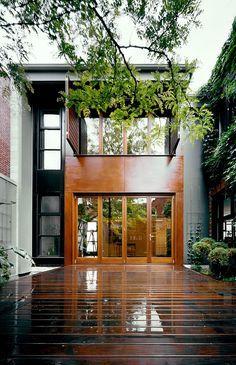 La Maison en U conçue par l'architecte Natalie Dionne a été érigée pour y établir sa résidence ainsi que son bureau.Ce fabuleux projet, qui a débuté en 2003 et terminé en 2007, a remporté Le Prix d'excellence en Architecture du Québec 2009 par l'Ordre des architectes du Québec catégorie résidentielle. Sa forme en U exploite …