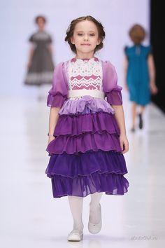 Veronica Kanashevich представила на российской неделе моды коллекцию моды для девочек, которая включает одежду как для самых юных модниц, так и для девочек постарше. Яркие цвета, обилие рюшек и пышные платья предлагаются для более младшего возраста, а вот для подростков предусмотрены белые платья менее перегруженные декором.