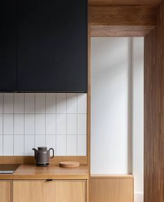 Gemma | Interior Designer sur Instagram: BUDGET| Joinery  Where there's a will there's a way!  Kitchen remodel of Joanne and Luke McClellan.  The two, both architects (he… Kitchen Interior, Home Interior Design, Kitchen Design, Joinery, Modern Rustic, Interior Inspiration, Home Kitchens, Interior Architecture, Kitchen Remodel