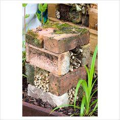 Jednoduchý hmyzí hotýlek složený pouze z cihel a klacíků. Z cihel je vytvořená i střecha, kterou možná lehce mezi spárami zatéká.