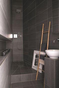 Carrelage gris du sol au plafond pour cette salle de bains. Plus de photos sur Côté Maison http://petitlien.fr/829r