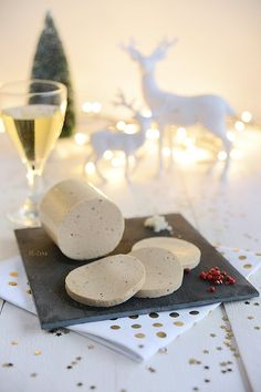 Ce n'est à présent plus un secret pour personne, le foie gras est certainement l'une des spécialités française des plus cruelles. Désormais interdit dans certains pays, condamné par de nombreuses célébrités et pourtant, toujours autant en vogue dans l'hexagone. Il faut dire qu'aussi barbare soit-elle, cette spécialité reste synonyme de fête et de luxe. C'est … … Lire la suite →