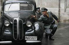 """""""Czas honoru"""", Samochód Reinera i Brehma zostaje ostrzelany (fot. Monika Zielska)"""