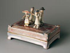 最新の展覧会 | 智美術館 - Musee Tomo藤平伸は、京都の五条坂で操業する藤平陶器所(現・藤平陶芸)の次男として生まれ、作陶家として活動し、深い精神性と滋味ある作風で高い評価を得ました。その作品は、実用の器からオブジェや陶彫、そして書画にいたるまで、伸びやかな形の中に、創作を楽しみ、人生の機微を謳うような豊かな詩情が漂います。  藤平は、31歳で日展に初出品し入選すると頭角を現し、35歳の時には日展特選を受賞するなど注目を受けるようになりました。その後は、1970年より京都市立芸術大学の陶芸科にて教鞭を取りつつ四十年以上に渡り日展へ出品、やがて日本陶磁協会賞(73年。98年に同金賞)、毎日芸術賞(93年)を受賞するなど陶芸家として高い評価を受けています。   藤平作品の魅力は、深い抒情性を宿した所にあるといえるでしょう。それは常にアイデアを熟成させ、静かに自己の表現を深めた作家の内面から生れるもので、見る者に不思議な余韻をもたらします。展覧会では、陶磁器、水彩、書など100点余りの作品により仕事の全貌をご紹介し、その魅力に迫ります。…