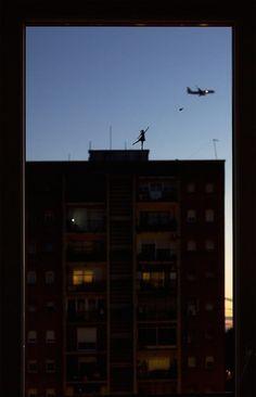 Window-Silhouettes-Illusions6-A primeira ideia para a série foi um tributo ao 40º aniversário de uma icônica imagem criada pelo francês Philippe Petit, uma silhueta caminhando sob um fio alto, entre as Torres Gêmeas em Nova York. Em sua versão, o equilibrista pintado de acrílico preto caminha sob a trilha de condensação deixada por aviões no céu. Isso deu uma nova perspectiva ao artista, que se empolgou com a ideia e foi criando outras miniaturas no vidro de sua janela.
