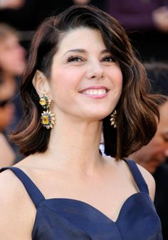 Marisa Tomei made a statement at the 2011 Academy Awards with gorgeous, colorful jewelry. The starlet wore vintage sapphire, emerald and diamond earrings and a matching bracelet from Van Cleef & Arpels. Marisa Tomei Hot, Marissa Tomei, Italian Beauty, American Indian Jewelry, Female Actresses, Female Images, Woman Crush, Woman Face, Dark Hair