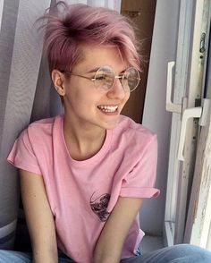 Terrific Pictures Rose Gold Hair short Thoughts Issues viewed the tresses shade trends in your interpersonal media channels nourish lately, well the Tomboy Hairstyles, Pixie Hairstyles, Cool Hairstyles, Haircuts, Rose Hair, Pink Hair, Pink Short Hair, Androgynous Hair, Cut My Hair