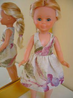 Patrón Nancy vestido escote cruzado American Girl, Pixie, Nancy Doll, Barbie, Z Photo, Necklines For Dresses, Little Doll, Girl Doll Clothes, Girl Dolls