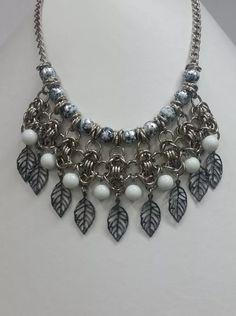 collar medieval riba perlas y dijes de metal