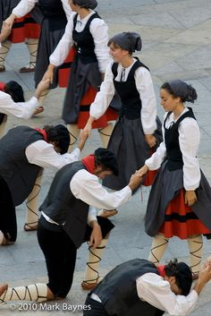 Men of Gaztedi Dantzari Taldea dance group bow to their female partners, Aste Nagusia, Bilbao, Pais Vasco / Basque Country, Spain