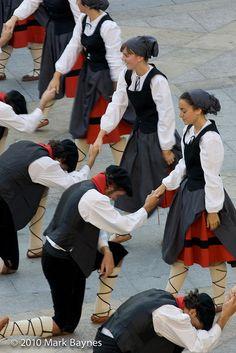 Men of Gaztedi Dantzari Taldea dance group bow to their female partners, Aste Nagusia, Bilbao, Pais Vasco / Basque Country, Spain