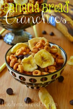 Banana Bread Crunchies -- this addictive snack mix tastes exactly like crunchy, sweet banana bread. A great lunchbox or roadtrip snack! Banana Recipes, Snack Recipes, Cooking Recipes, Banana Treats, Cereal Treats, Baked Banana, Chex Mix, Dessert, Cake