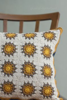 If I knew how to crochet I would make this into a throw blanket. Crochet Home, Love Crochet, Crochet Granny, Learn To Crochet, Crochet Motif, Beautiful Crochet, Crochet Stitches, Crochet Patterns, Crochet Cushion Cover