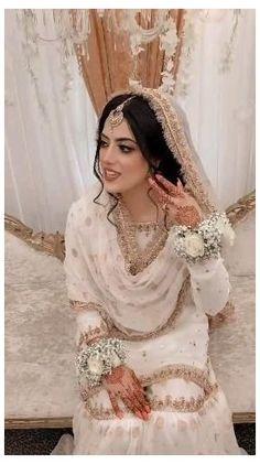 Asian Wedding Dress Pakistani, Pakistani Bridal Makeup, Asian Bridal Dresses, Simple Pakistani Dresses, Pakistani Fashion Party Wear, Indian Bridal Outfits, Pakistani Wedding Dresses, Wedding Dresses For Girls, Pakistani Wedding Hairstyles