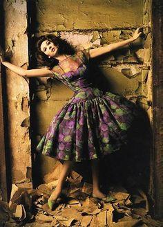 Simone D'Aillencourt in Nina Ricci, photo by Melvin Sokolsky, Harper's Bazaar, 1960 1960s Fashion, Fashion Models, Vintage Fashion, Vintage Couture, Frock Fashion, Fashion Portraits, Fashion Mag, Fashion Designers, High Fashion