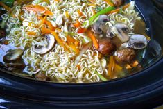 Noedelsoep met kip uit de slowcooker Multicooker, Noodle Soup, Slow Cooker Recipes, Thai Red Curry, Ethnic Recipes, Food, Crock Pot, Mushroom, Slow Cooker