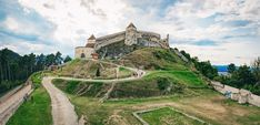 Cetatea-Rasnov Romania Travel, Bucharest, Palate, Travel Guides, Countryside, Travel Destinations, Mansions, House Styles, Building