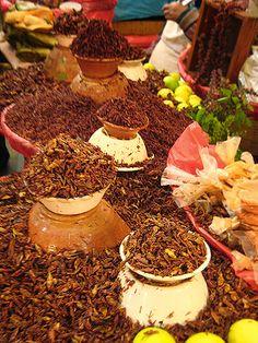 Venta de chapulines en un mercado de Oaxaca, México.