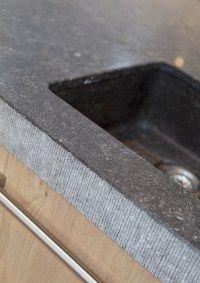 Detail Belgisch hardstenen werkblad en spoelbak