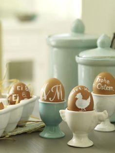 Diese Ostedeko ist simpel, doch die Wirkung riesengroß. Bemalen Sie braune Eier mit Motiven mit weißem Acryllack.