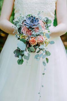 Eine #Brautstrauß in Wasserfalloptik mit einer #Sukkulente und lachsfarbenden #Rosen.  Foto: Helena PhotoArt