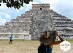 Een hoofddeksel is ook geen overbodige luxe. Door de gids werd ons duidelijk waarom je de bouwwerken, waaronder het beroemde 'El Castillo' (de piramide waar je twee keer per jaar de schaduw van een slang over de trappen kan zien kronkelen), niet meer mag beklimmen. Een tachtigjarige vrouw overleefde haar klim naar de top een paar jaar geleden niet. Eenmaal boven (91 treden) werd ze bevangen door de hitte en viel ze naar beneden… #ChichenItza #ElCastillo #Mexico